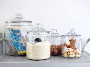 アメリカの老舗ガラスメーカー「Anchor Hocking(アンカーホッキング)」社のロングセラー商品であるストレートジャー。中身が見やすく食品の保存にぴったり、レトロな佇まいが見せる収納にも活躍します。