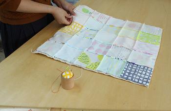"""10cm×10cmのハギレ布を、25枚つなぎ合わせた「まんまるラグマット」はベビーグッズの手芸キット専門店nunocoto(ヌノコト)の""""ハギレセット""""を使ったハンドメイドレシピ。"""