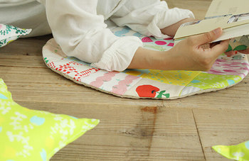 ベンチの上に置いて座布団みたいに使ったり、床に寝そべり、読書したりする時にも大活躍してくれます!