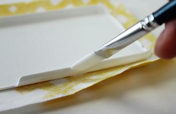 ボンドは布用ボンドでも、より手軽に購入できる木工用ボンドでもOK! ケースは透明なものか白がおすすめ。どちらかと言うと白の方が地色が出なくてきれいに仕上がるそうです。 材料も少なく、針や糸も使わず出来るので、お裁縫が苦手な人にも手軽にチャレンジできますよ♪