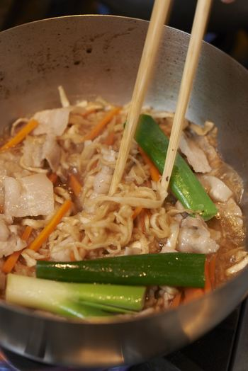 料理を作るとき、まずレシピを探して、そのレシピどおりに作ろうと思いながらも、あの材料がない、調味料がない、手順が大変…と思ったことはありませんか。だしがないと、手順どおりにてをかけないと、おいしくできない。そんな経験が重なると、料理自体を難しく感じてしまうこともあります。