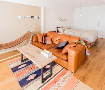 部屋のサイズは異なりますが、こちらのレイアウトも8畳に活かせるレイアウト。  ソファの背もたれをベッド側に向け、間仕切りのような役割に。ベッドが視界に入らないため、くつろぎスペースが確保できます。 大きなソファをゆったり置けるのも8畳ならでは。