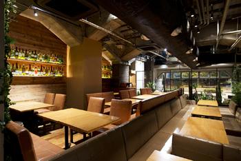 開放感あふれる広々とした店内には、テーブル席のほか、ゆったりとしたソファー席も用意されています。