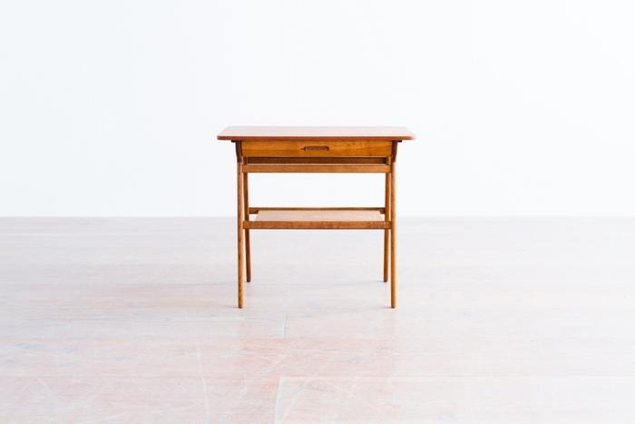 リビング、玄関、寝室など、置き場所を選ばないシンプルなサイドテーブル。趣きのある佇まいは北欧ヴィンテージならでは。この大きさなら一生モノの家具でも気軽に取り入れやすそうですね。