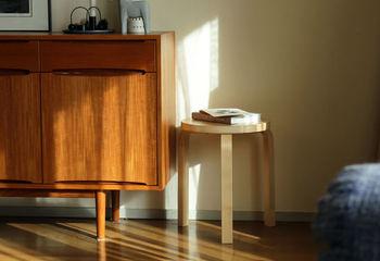 年月を経て深まる色合い、風格を増す質感。自分と一緒に時を刻む「エイジング家具」は、本物を知る人だけが愉しめる、大人のための特別な家具。