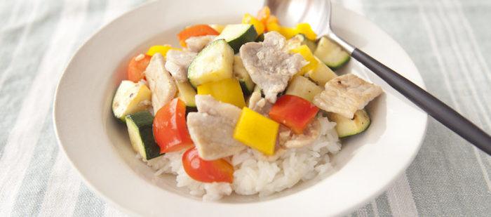 ズッキーニやパプリカは暑い夏の時期に旬を迎えるお野菜。太陽をいっぱい浴びた野菜は見た目もとっても美しいですよね。豚肉を前日に塩麴に付けこんでおけば、調理時間はわずか10分!炊飯器のタイマーをセットして、朝のお弁当用にちゃちゃっと作れる嬉しいレシピです。