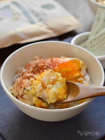 ご飯も冷ご飯を使うことで、火どころか電子レンジも不要なお手軽レシピに!冷たいお豆腐と冷たいご飯にとろっとした卵黄をのせて鰹節、醤油、胡椒で味付けすれば終了!お好みで薬味を入れたりとアレンジも色々楽しめそう。