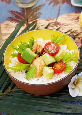 ハワイ料理の1つのポキ丼は、本来は鮮度が命のマグロのお刺身を使ったお料理ですが、こちらのメニューではツナ缶を代用。思い立ったときにおうちで手軽に作れてGOOD!