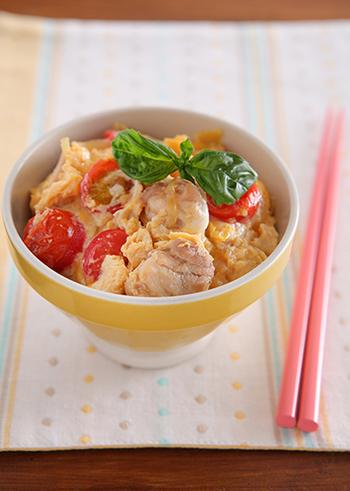 変わり種親子丼レシピのこちらは、モッツァレラの白、トマトの赤、卵の黄色と色とりどりの色合いがとってもおしゃれ!おしゃれな食器と合わせれば、お家でカフェ風ご飯の出来上がり。