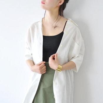 暑い時期はキャミソールとブラジャーが一体になったデザインのものが便利。Souple Luz(スープレルース)の「ブラパット付きキャミソール」は、ストレートネックタイプで下着っぽさがなく、ファッションの一部として楽しむことができます。
