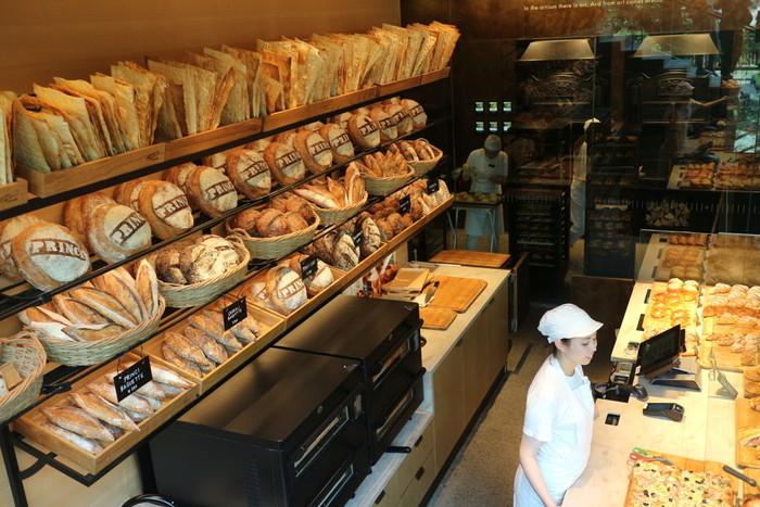 1階奥にはロッコ・プリンチ氏率いるミラノの人気ベーカリー「PRINCI(プリンチ)」が。同氏監修によるコルネットやフォカッチャなど、店内の薪釜で焼かれたさまざまなパンが並んでいます。1日4回ほど入れ替えるそう。