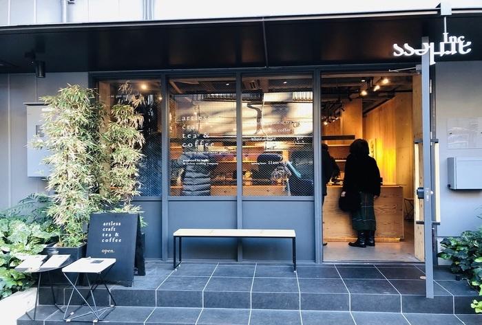 2017年にオープン。小規模農園のシングルオリジンコーヒー、水出しアイスコーヒー、エスプレッソ、京都の老舗茶舗の日本茶、静岡県で栽培された紅茶を提供するカフェ/スタンドです。