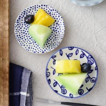 北欧スウェーデンの陶芸作家のデザインを再現したモダンな豆皿。コバルトブルーが爽やかで、洋食やデザートなどにもよく合います。ベースは、実用性も高い瀬戸焼ですので、使い勝手のよさは抜群です。