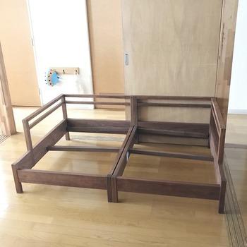 木枠のソファは本体も丁寧に拭きましょう。心をこめてメンテナンスすることで、さらに愛着が湧くはず。簡単に買い換える物ではないからこそ、大切に扱いたいですね。