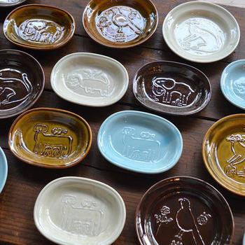 旅するレストラン「トラネコボンボン」ゆかりの動物たちが凸版で描かれた豆皿。さりげない柄で色もシックなので、和洋のさまざまな料理に合います。