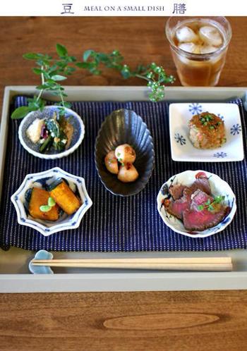洋風の肉料理をあえて豆皿に可愛く盛るのもおしゃれですね。あとは、チャンプルーなども加えて、夏の夕げにふさわしい、上品な豆皿の献立になりました。