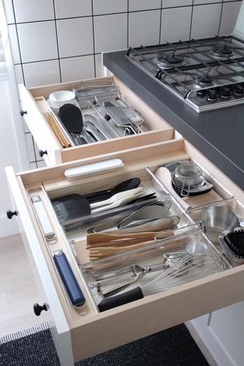 さまざまなツールを整理する時の基本は、よく使う場所の近くにしまうこと。「コンロ前に立てばすぐに手が届く」という範囲を目安にお鍋類や菜箸などの収納場所を考えると、料理をする時の動線もスムーズです。