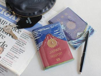パスポートを入れると、葛飾北斎の『富嶽三十六景』をモチーフにした赤富士と青富士がそれぞれ完成するというPVCカバー。外国人ウケもばっちりです。