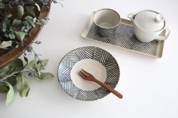 フリーハンドで描かれたヘリンボーン柄が愛嬌たっぷり。こげ茶と濃紺が入り交じったような、何とも言えない色合いも素敵です。