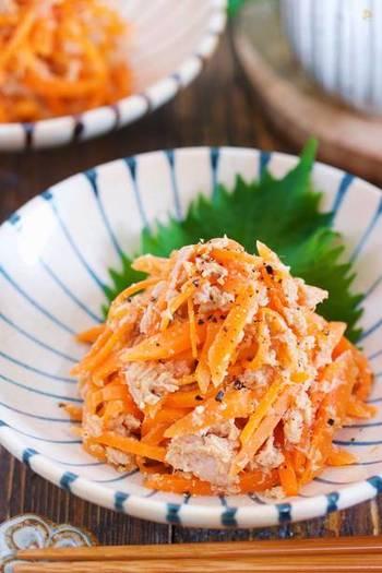 何品もそろえる豆皿膳には、やはり彩りが必要。にんじんは、手軽できれいでぜひ使いたい野菜です。ツナでコクを出して、うまみたっぷりのごま和えに。