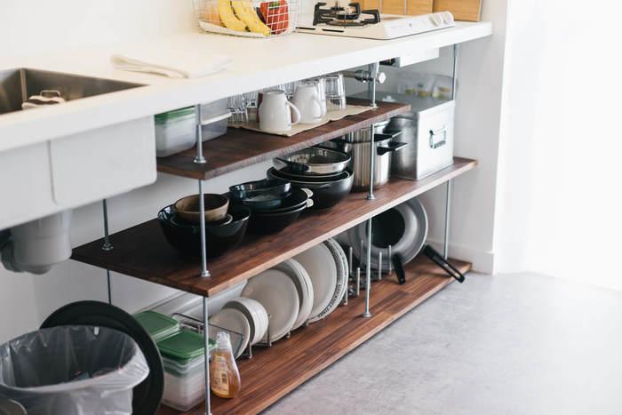 こちらのキッチンスペースでは、もともと作り付けの収納がないため、シンク下に合板を組み立てて棚を自作されています。収納スペースに合わせて入れるものを考えるのではなく、入れたいものに合わせて収納スペースを作り出しているおかげで、必要な食器やお鍋をすぐに取り出せて快適に作業できます。