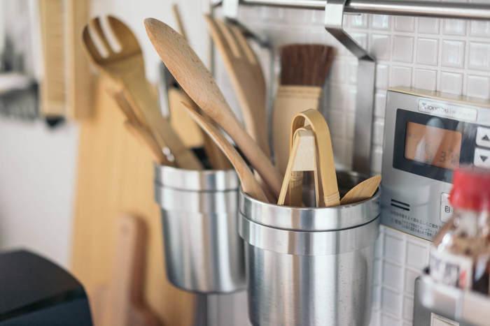 こちらでは、キッチンツールを立てて収納するキャニスターもハンギング。カトラリーや小さめの調理道具などをまとめておけます。