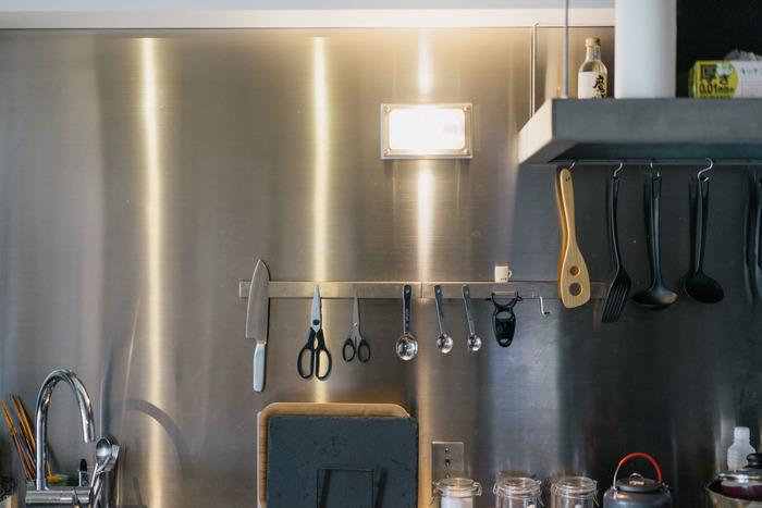 こちらのキッチンでは、マグネットナイフラックに金属製の調理道具が並んでいます。使いたい時にはすぐに手に取れて、使い終わったらぺたりと貼るだけなので収納も楽ですね。