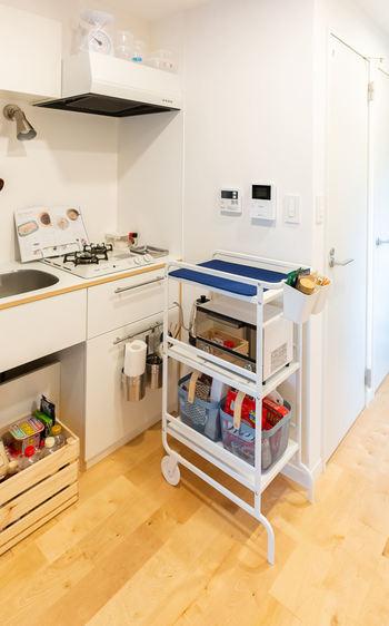 作業スペースや棚が足りない時は、移動可能なワゴンタイプの収納を活用してみましょう。こちらのワゴンは、天板にシートを敷いて食器の水切りにも使っているそうです。小さなキッチンならではのナイスアイデア!