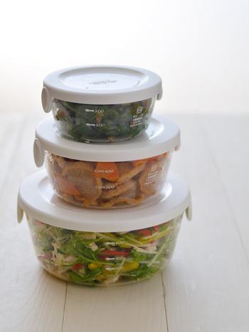 薄くて軽くておしゃれな耐熱ガラス製保存容器。目盛り付きなので、調味料などの計量もできて、とっても便利!重ねて冷蔵庫に保存、しまうときは入れ子にして収納可能で場所も取りません。