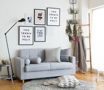 子どもの手が届かない壁面にポスターを飾るのもおすすめの方法。ひとつ飾るだけでも、しっかり空間のアクセントになってくれます。キッズスペースをリビングに設けているなら、シンプルだけど少し大人っぽいものを選ぶとインテリアとしても浮かず、バランスが取りやすいです。