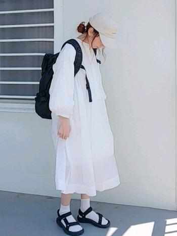 白のワンピースがメインのコーディネート。ソックスは白、スポーツサンダルは黒のモノトーンコーデです。色味が少なくシンプルなので、大人の女性でも真似しやすいコーディネートです。