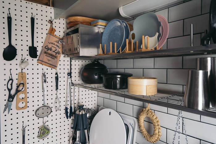 こちらは壁に有孔ボード(ペグボード)を設置して、いろいろなものをフックで掛けています。このボードだけでもかなりのキッチンツールを収納できますよね。