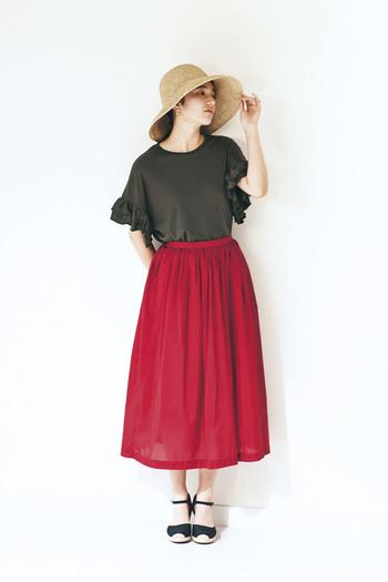 女性らしくて品のあるスタイルを目指すなら、レッド×ブラックの組み合わせは鉄板。大人色が強いカラーなので、麦わら帽子といったナチュラル小物、またはフレア感のあるアイテムで愛らしさをプラスすれば程良く抜け感が入ります。
