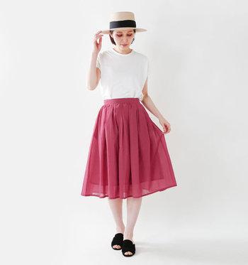 ホワイトとピンクの組み合わせは、ふんわりとした女性らしさが漂いますね。小物にブラックを持ってくると、程良いアクセントになり、甘くなり過ぎず大人っぽく引き締まります。