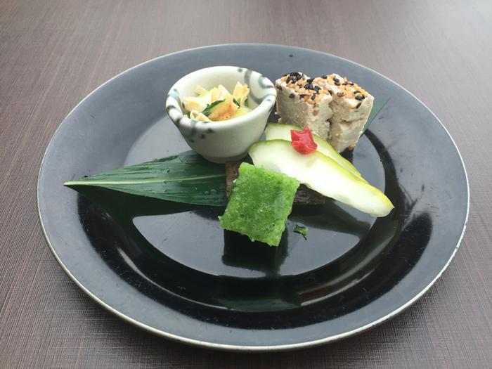 京都ならではの豆腐料理を存分に楽しむことができる「豆水楼」。細い路地裏にある町屋を利用してオープンした店内は、京都らしさをあちらこちらで感じることができます。名物は国産100%の大豆を使い昔ながらの製法にこだわったおぼろ豆腐です。それに加え、生麩の田楽や季節に合わせた豆腐料理を組み合わせた会席料理が人気。