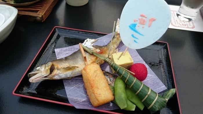 本格的な京料理をリーズナブルに楽しめるということで人気の「露瑚」。築100年と言われる京町家を活かし、石畳の路地奥にひっそりと佇んでいるのも趣きがありますね。6000円くらいから会席料理が用意されていて、この時期に美味しい鮎の塩焼きや鱧の冷やし茶わん蒸しが食欲をそそります。