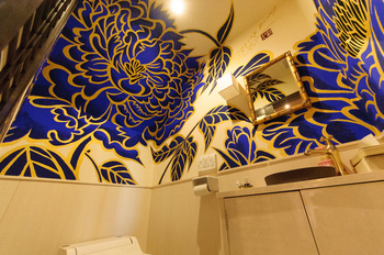 店内は、木村英輝さんが描くモダンアートが壁を彩っています。純和風な京町家とモダンアートの融合がとても魅力的で、日常を忘れて素敵なひとときを過ごすことができそうです。