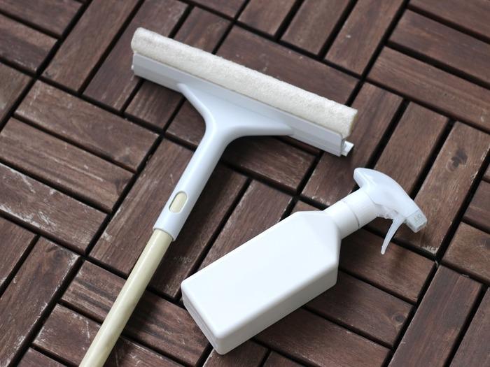 """手間がかかるわりになかなかキレイに仕上がらず、苦手とする人の多い""""窓掃除""""。道具選びを工夫して、簡単&時短でお掃除しましょう。おすすめは【無印良品】のスポンジ付き""""スキージー""""。水を入れたスプレーを用意して、さっそくスタートです。"""