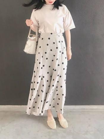 ナチュラルなリネン素材の水玉ロングスカート。膨張して見えがちな白も、ハイウエストならすっきりメリハリが出ます。ビニール素材のバックにメッシュのサンダルを合わせた、爽やかなスタイルです。