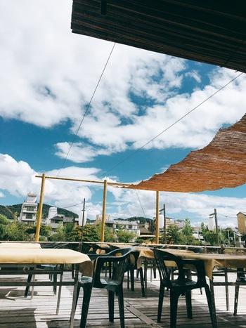昭和初期の元お茶屋さんを改装した店内は当時の面影もそのままに趣きがあり、ゆったりと過ごすことができます。納涼床もテーブル席で利用しやすいので、カレーを食べて暑さを感じつつ風で涼みながらタイ料理を楽しむのもいいですね。