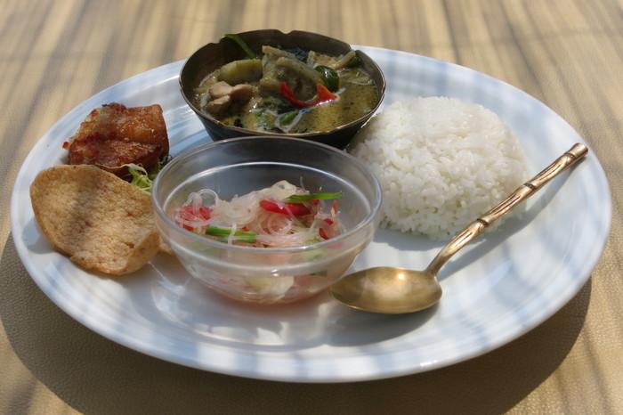 タイの本場で10年以上修行したタイ人シェフが1989年に創業した実力店「佛沙羅館」。人気のプレートでは特製グリーンカレーや揚げ春巻きなど定番の間違いない美味しさを体験できます。京都の有機野菜を中心に使いながら自家製ハーブやタイ現地で仕入れた香辛料など、見た目の美しさや味だけでなく食材にもこだわっています。