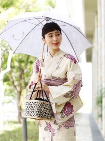 日中の着物のお出かけにぜひ用意して欲しいのが「日傘」。浴衣や着物はデザイン上首周りが出てしまうので、日焼けを防ぐ意味では必須アイテムと言えるかもしれません。広範囲で紫外線からガードしてくれるだけでなく、差す姿もしっとり女性らしいので所作が美しく見えます。