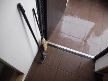 ドロドロの靴で上がった玄関には汚れがいっぱい。泥が乾くと、ポーチやたたきに汚れがこびりつく場合もあります。晴れの日に水拭きしてさっぱりとした玄関に戻してあげましょう。