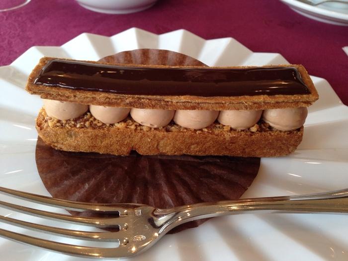 1935年創業の老舗ショコラトリーが新店舗として2012年にオープンした「サロンドロワイヤル京都」。ショーケースにはカカオの風味がしっかりと感じられるエッフェル塔を模したチョコレートや、国産の柚子が香る濃厚なミルクチョコレートなどさまざまなテイストのチョコレートが並んでいます。またケーキも取り揃えられており、多くのスイーツを楽しめます。
