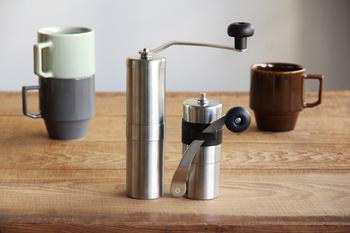 手動のコーヒーミルは少人数のコーヒー豆を挽くのには十分な機能を持っています。ハンドルは取り外してバンドで留められるので、コンパクトになるのもポイントです。