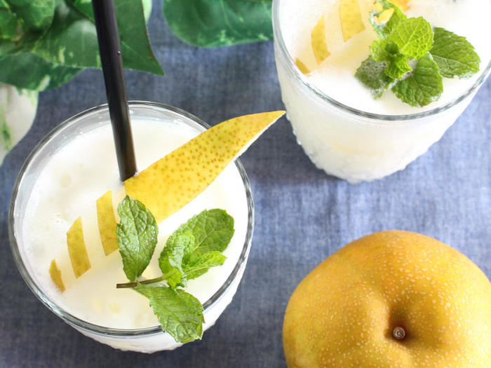 さっぱりしたヨーグルトベースのスムージーは、暑い日の朝食にいかがでしょうか。こちらのレシピは、梨とヨーグルトのスムージー。梨の成分は9割近くが水分でカロリーも低く、ダイエット中の人も飲みやすいドリンクだと言えるでしょう。爽やかな味わいを、さらにレモン汁でキュッと引き締めています。お好みの量のはちみつで甘さを調節してくださいね。