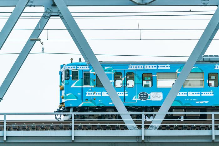 JR西日本の「ふるさとおこしプロジェクト」では、なんとラッピング電車「SETOUCHI TRAIN」をデザイン。今年の3月に瀬戸内海と多島美の間で運行を開始。美しいスカイブルーが豊かな景色に映える(写真:JR西日本)