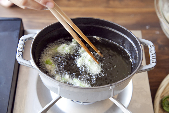 温度が高すぎると焦げて中がまだ冷たかったり、低いとべちゃっとなってしまう天ぷらの温度加減。基本的に野菜は160℃、魚介類は180℃と覚えておきましょう。