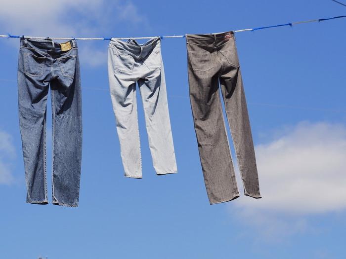 晴れた日の大物洗いは寝具だけでなく、乾きにくデニム類などもおすすめです。汗をかいたり、雨で汚れたりした衣服を放っておくと臭いの元にもなるので、晴れの日に洗っておくのが◎