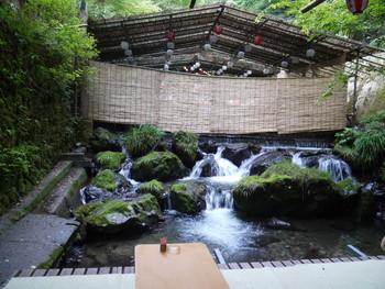 のんびりと寛げる川床で、しばし時間を忘れて水の音を楽しんでみてはいかがでしょうか。